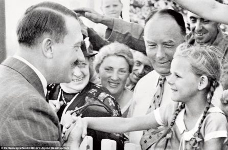 3ECD230800000578-4367344-Guests_by_the_fence_at_Obersalzberg_are_greeted_by_Hitler_for_th-m-106_1490949766062